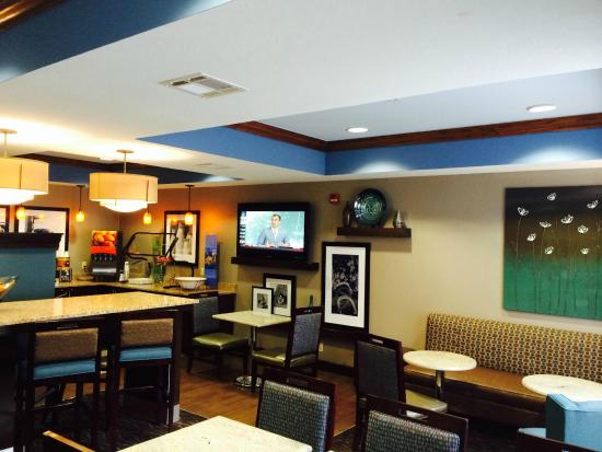 Hampton Inn Bartlesville : Lobby/dining area...great place to socialize any time of day.