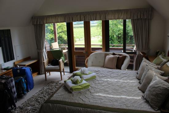 Stonehaven Homestay: Room with a lovely view and nice touch with the towels