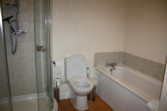 Norburton Hall: bathroom