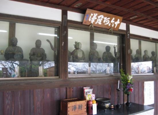 Daito, Japan: 本堂前にある羅漢堂は仮設だが趣きがある