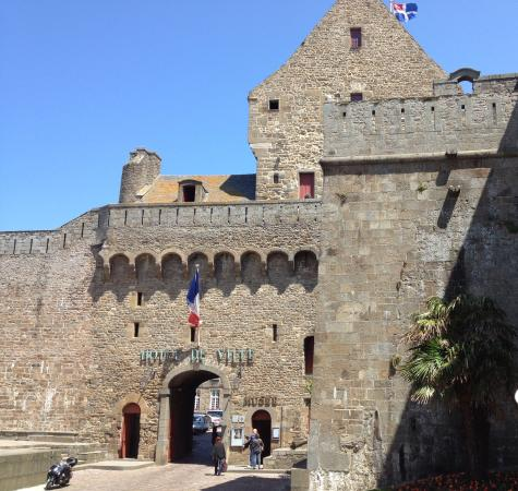 St malo hotel de ville picture of les remparts de for Piscine a saint malo