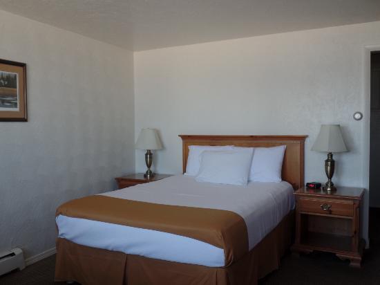 Americas Best Value Port Polson Inn: Queen Bed