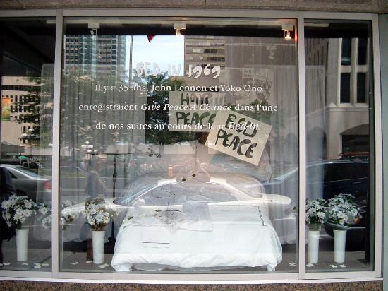 Fairmont The Queen Elizabeth: 1969年にジョンレノンとオノヨーコが反戦キャンペーンをベッドに入って行った記念あるベッドが一回のショーケースに展示されてました。