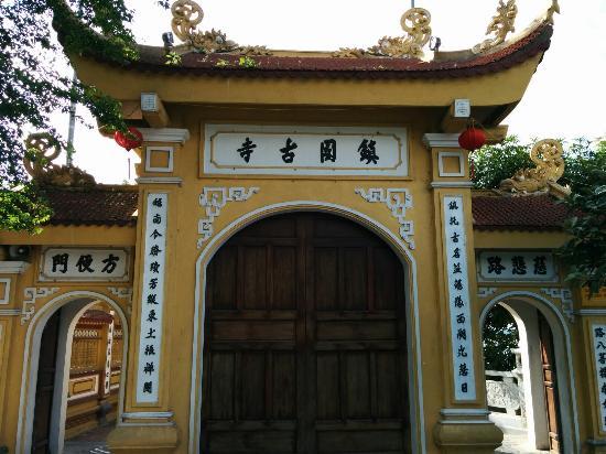 Chua Tran Quoc: 鎮国寺門前にて