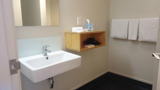 Waitomo Lodge: Warm & well stocked bathroom (shampoos & soaps, hair dryer, at least 5 towels, so many tissues)