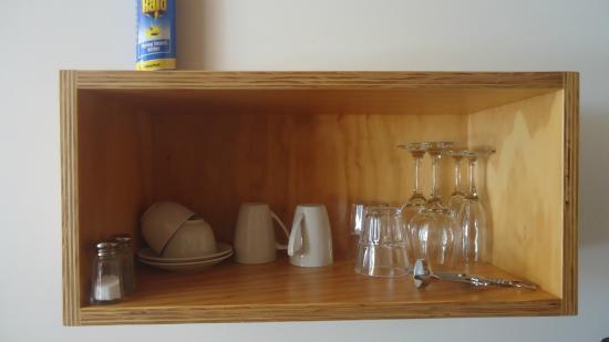 Waitomo Lodge: mugs and wine glasses
