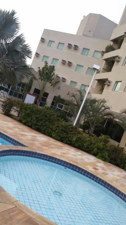 Vinhedo Plaza Hotel: Área  da Piscina