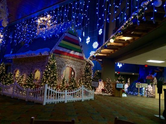 great wolf lodge water park christmas decorations in lobby