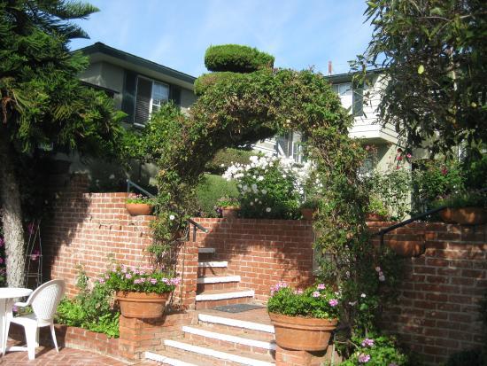 Laguna Beach Motor Inn: between garden and pool areas