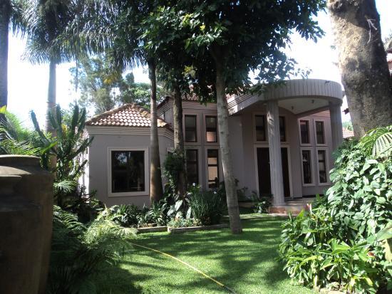 Zawadi House Lodge : serene garden