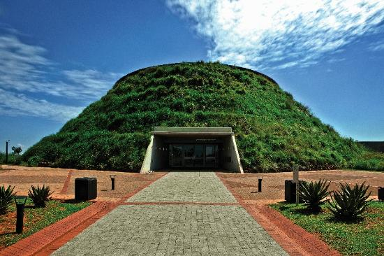 Cradle of Humankind World Heritage Site, Νότια Αφρική: The Tumulus Building at Maropeng