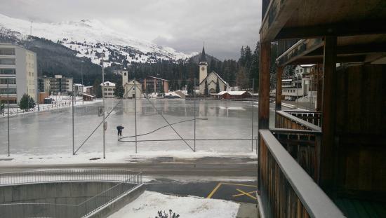 Hotel Lenzerhorn Spa & Wellness: Pista del Ghiaccio (vista dalla camera)