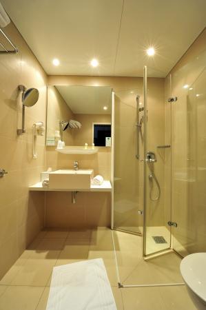 The Corner Hotel: Bathroom