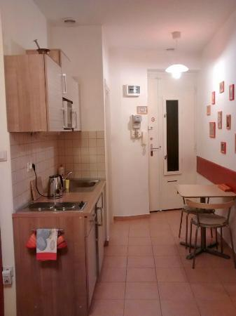 Paprika Apartments In City Center: Kitchen and dining room