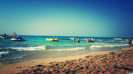 Napa Mermaid Hotel and Suites: plage en bas l hôtel
