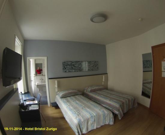 Bristol Hotel Zürich: Interno con apertura del bagno