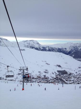 Les Deux Alpes : Grosse station nombreux bars resto, longue attente aux télésiège en pleine période, le déconseil