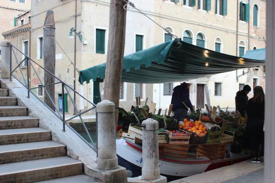 Osteria Dei Pugni: mercatino su barca di fronte all'osteria...