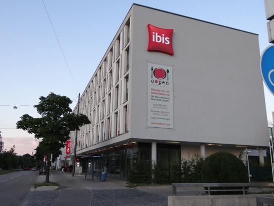 Ibis München City West: La sortie du métro se rtouve en bas de l'image