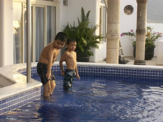 Playa Conchas Chinas Hotel: alberca con todo lo necesario