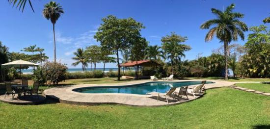 Hotel Casa Azul: Pool and beach beyond