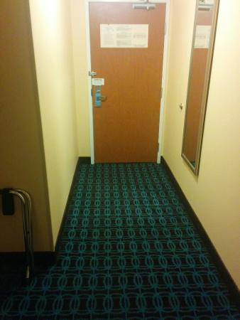 Fairfield Inn Great Falls: Entrance in room. Plenty of room to get suitcases in :)