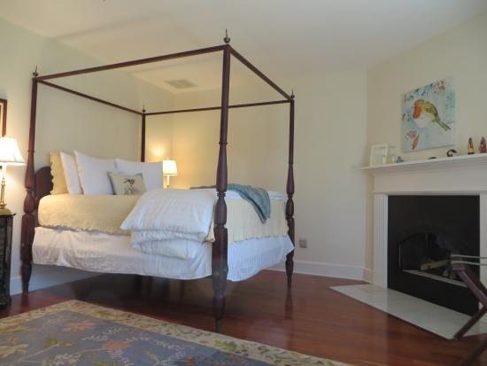 Foxfield Inn: High Four Poster Bed so comfortable!