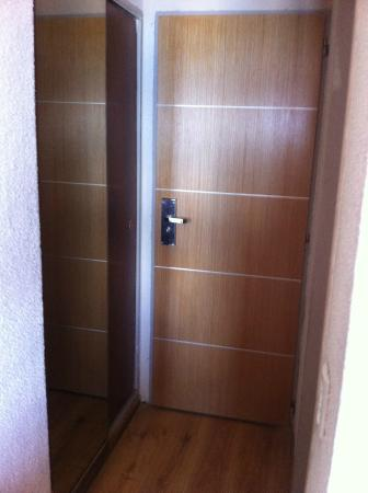 Hotel Ayelen: puerta entrada y closet