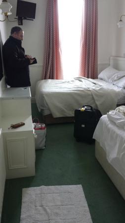 Dergvale Hotel: bed