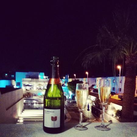 Apartamentos THe Oasis: Copa de cava en la terraza