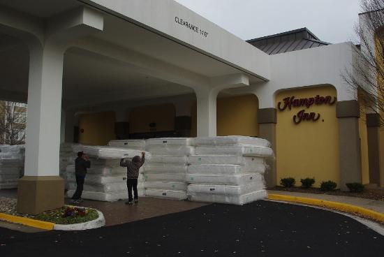 Hampton Inn Alexandria/Pentagon South: New matresses being delivered