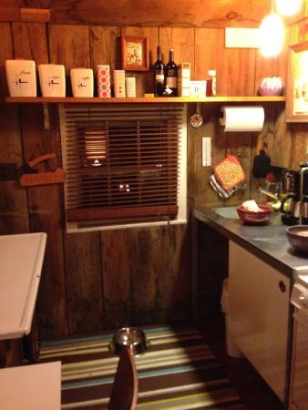 Kate's Lazy Meadow Motel: Lazy Shack Kitchenette