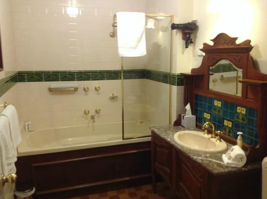 Victoria House Motor Inn: Bathroom with spa