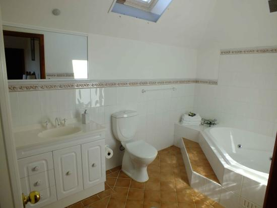 Valley of the Waters B & B: Spa en suite, with skylight