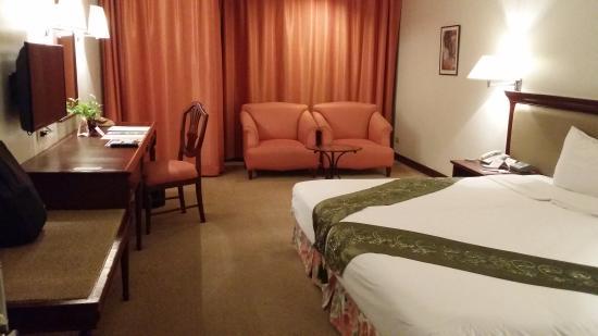 Tai-Pan Hotel: room pic