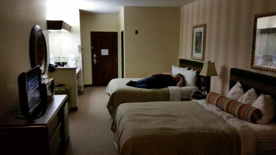 Phoenix Inn Suites Eugene: 2 queen beds suite. Nice size room and comfy beds :-)