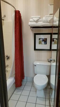 فينيكس إن سويتس يوجين: Clean bathrooms :-)