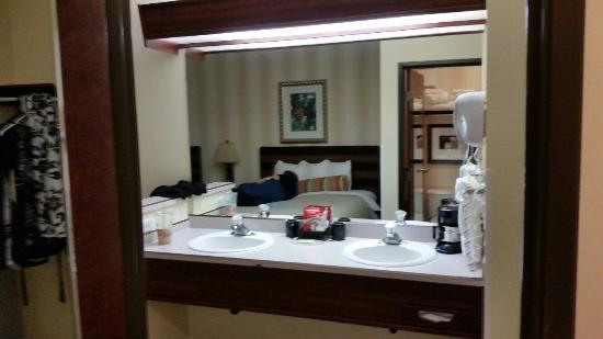 فينيكس إن سويتس يوجين: Nice big mirror and Double sinks. Just wish there was a separate table for the coffee maker and 