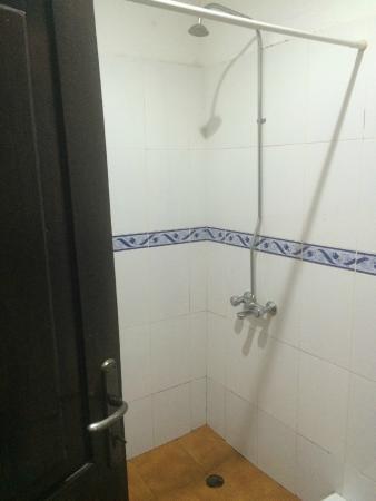 Afia Beach Hotel : Shower