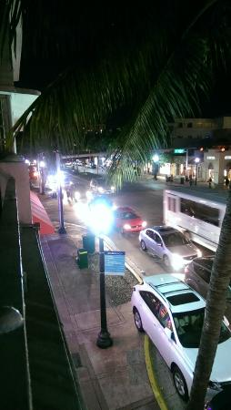 Royal South Beach Hotel: busy street outside room