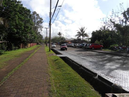Cabañas Koro Nui : Main street where side gate opens out to