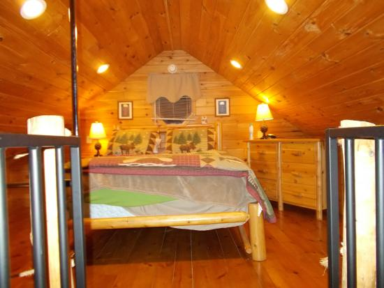 Nature's Pointe Cabins: bedroom loft