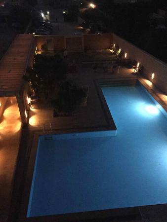 Hotel Golden Haveli: Swimming pool at night