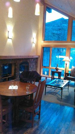 Lodge at Canyon River Ranch: View of the living room from the kitchen