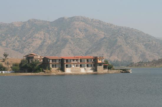 The Jhadol Safari Resort: resort view from mountian opp. to it