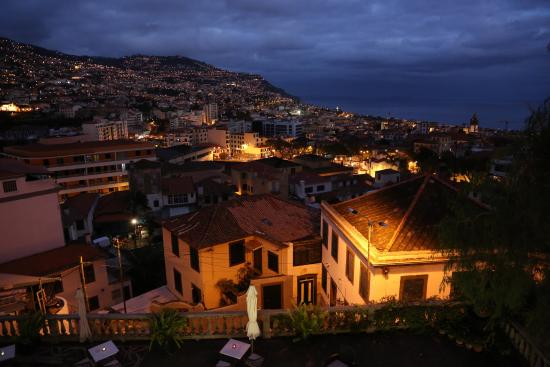Hotel Monte Carlo: Nigthly view from my room over central Funchal and the sea..