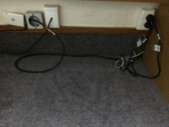 Mercure Wellington: Wires out
