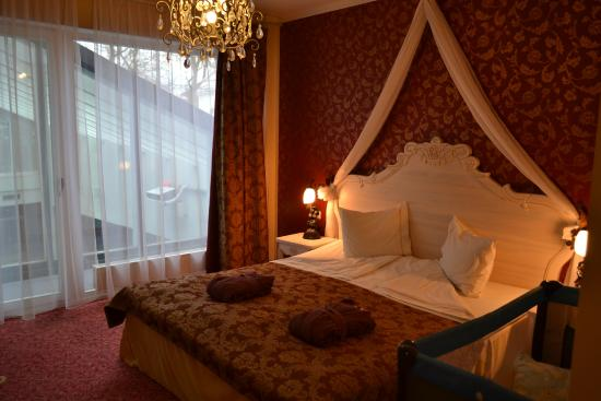 Grand Rose SPA Hotel: Bed and window (Spa on the background)