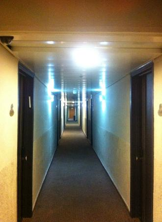 Be Center: מסדרון נמוך, אפל וריח של ביוב