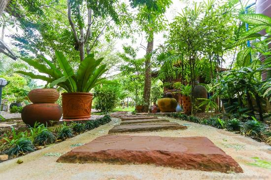 Thip Residence Boutique Hotel: Entrance to our garden and pool